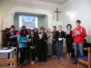 Samen zingen in de kerk in Tigishuara